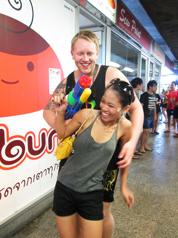 Lars has a hostage during Songkran.