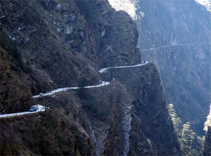 Friendship Highway between Tibet and Nepal. Photo by Hans Bartl.